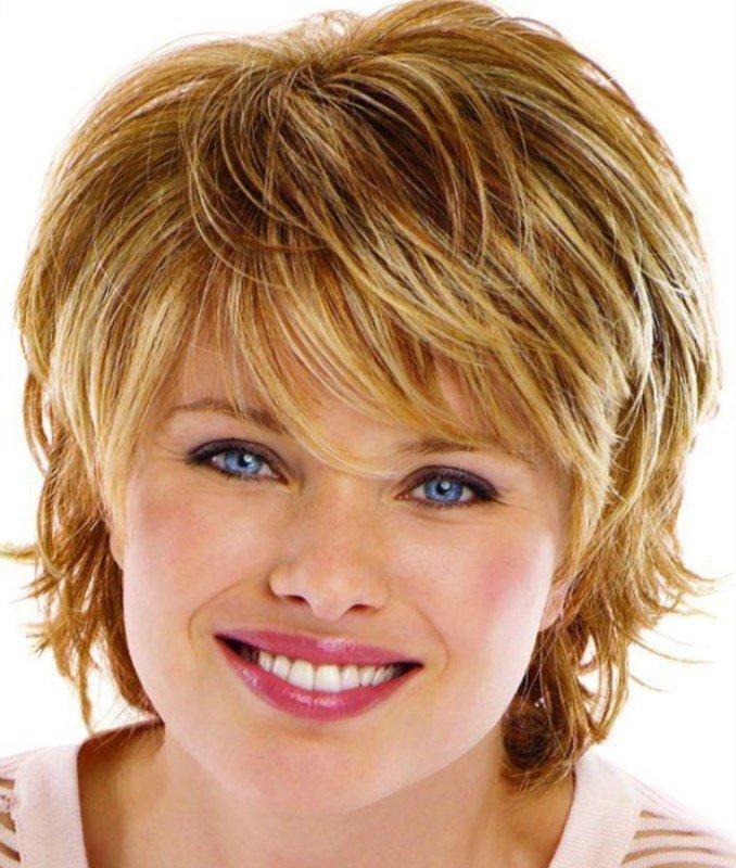 Стрижка на средние волосы с полным лицом