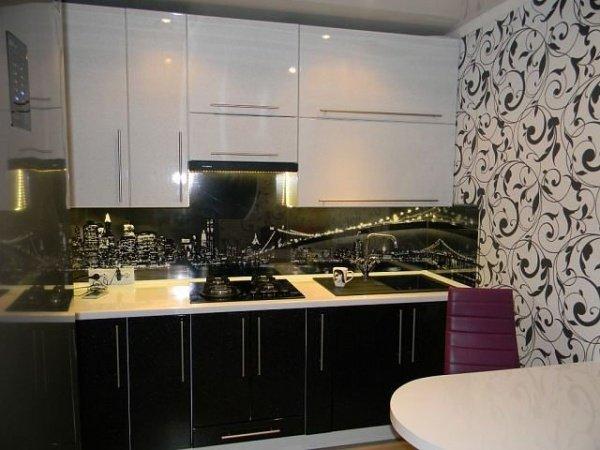 Черно-белые обои в интерьере на кухне
