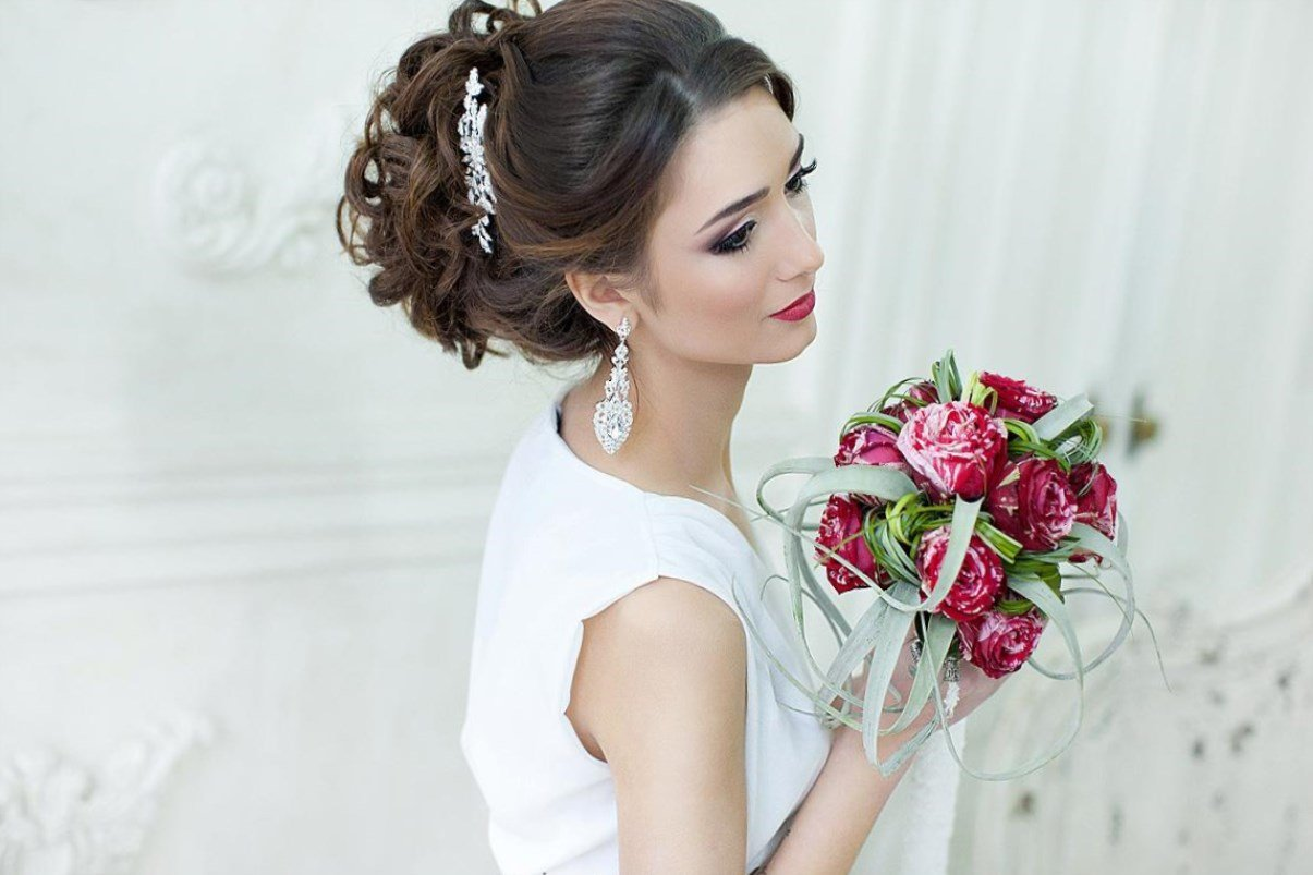 Прически с фатой на свадьбу на средние волосы