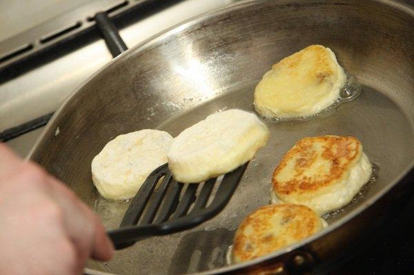 Как приготовить творожники на сковороде
