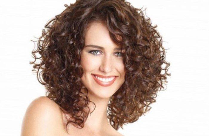 прически для густых вьющихся волос средней длины фото