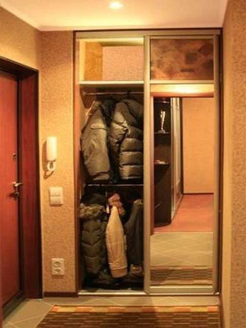 Встроенный шкаф маленьких размеров в прихожую.