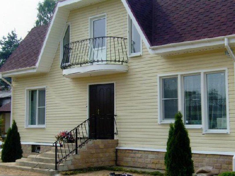 Кованый балкон в деревянном доме.