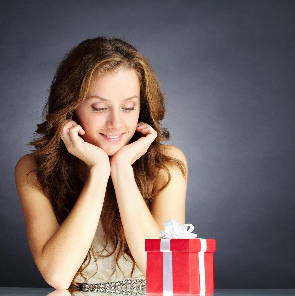 Зачем дарить подарки женщине на